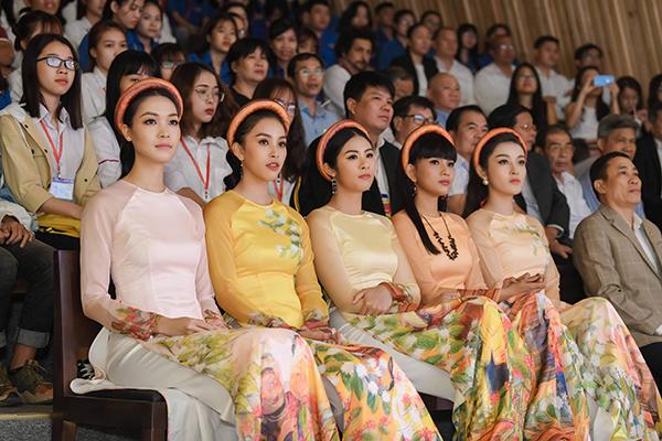 Ngọc Hân cho biết, các mẫu áo dài được thiết kế lấy cảm hứng từ hoa cà phê và những người nông dân trồng cà phê. Bộ tranh xuất hiện trên áo dài được họa sĩ Phạm Trinh thể hiện.
