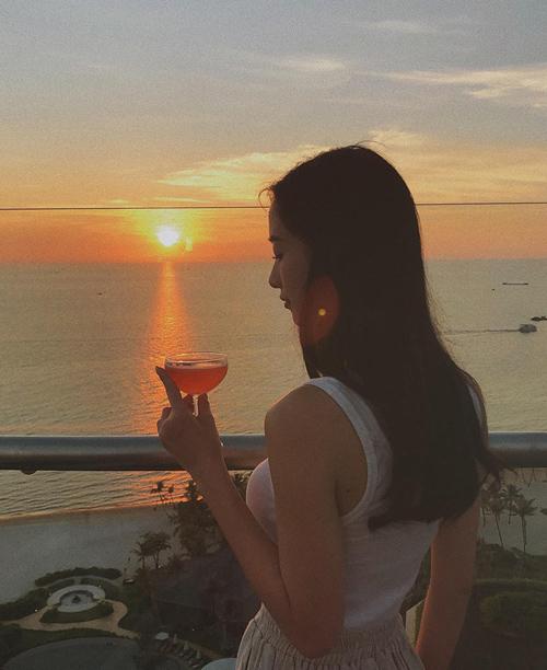 Jun Vũ ngắm hoàng hôn trên biển Phú Quốc.