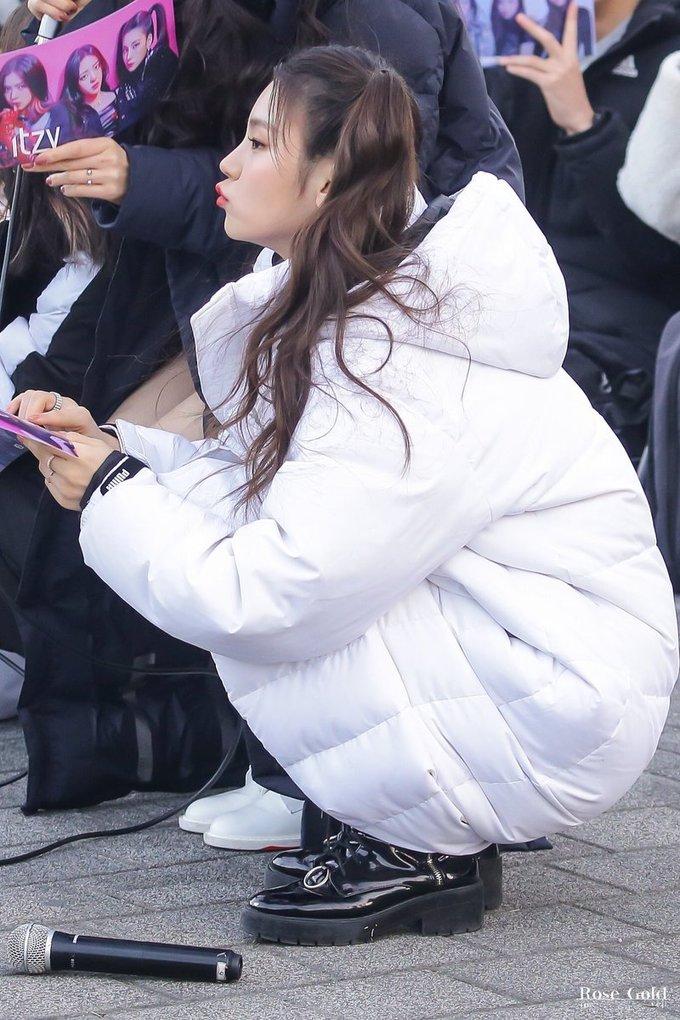 <p> Yeji lộ vẻ trẻ con dễ thương như em bé.</p>