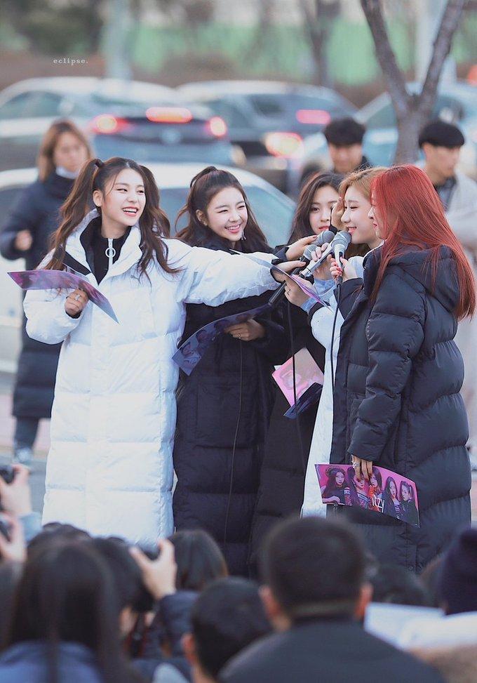 <p> Cả 5 cô gái đều thể hiện những nét quyến rũ, đáng yêu khác nhau. ITZY còn cho thấy tinh thần đoàn kết, luôn quan tâm lẫn nhau trong sự kiện.</p>