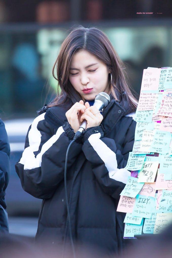 <p> Nữ idol 10x cũng có những khoảnh khắc cực cute, chu môi tạo dáng trong sự kiện dành cho fan.</p>