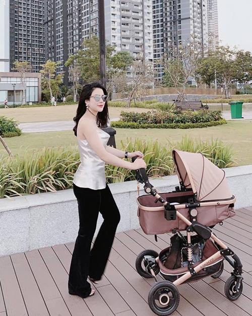 Diệp Lâm Anh lấy lại vóc dáng thon gọn sau sinh rất nhanh chóng. Sinh em bé được vài tháng, người đẹp đã đi sự kiện, làm việc trở lại. Nữ ca sĩ - doanh nhân thường xuyên khoe ảnh bế con, đẩy xe nôi đưa con đi dạo và gây sốt với vẻ ngoài sành điệu.