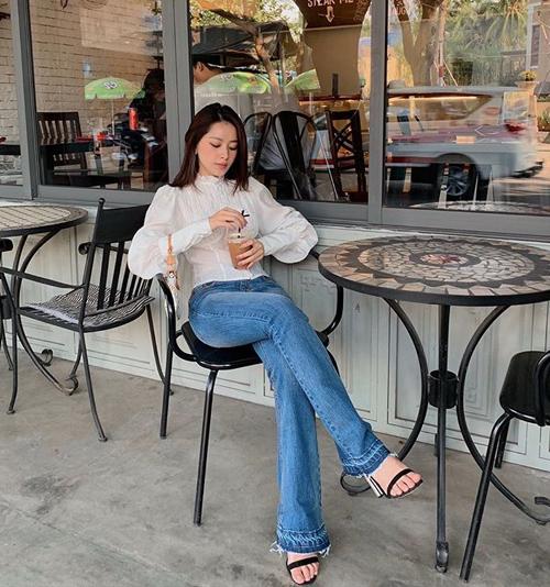 Chi Pu khoe chân dài khi đi uống nước cùng bạn.