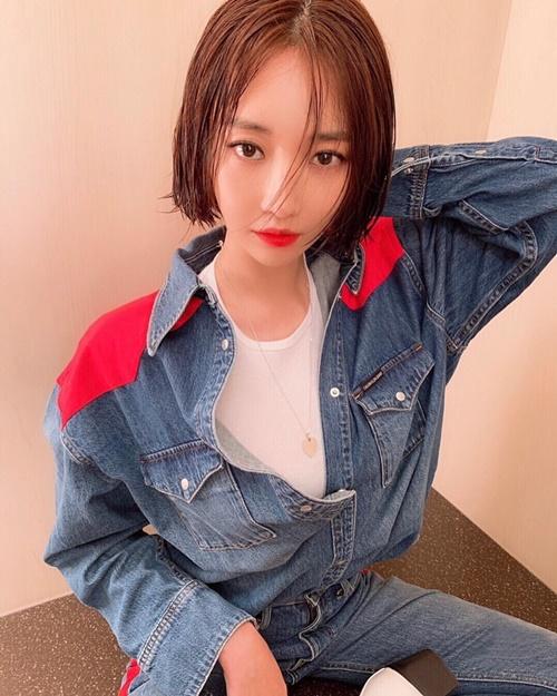 Go Joon Hee chụp hình thời trang với kiểu tóc ướt.