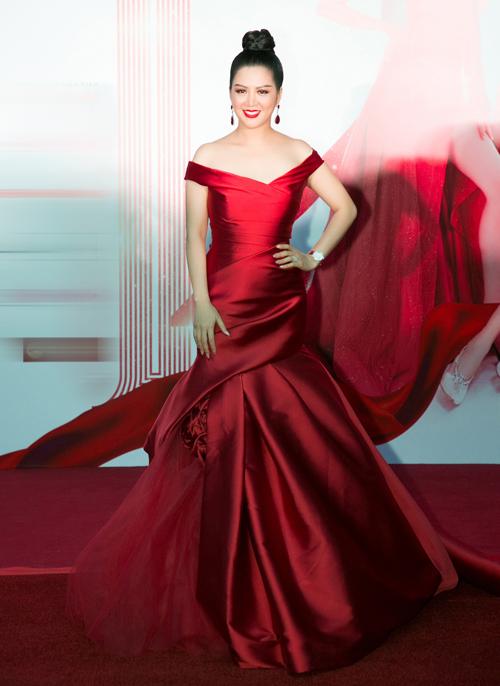 ... và ca sĩ Đinh Hiền Anh cùng nhận giải Queen of the night với trang phục màu sắc nổi bật.