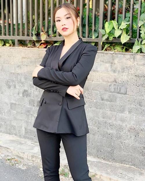 Á hậu Diễm Trang sắc sảo, cá tính trong bộ suit màu đen.