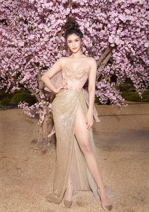 Trương Quỳnh Anh gây nơm nớp vì bộ đầm xẻ cao tít tắp, khoe trọn đôi chân dài.