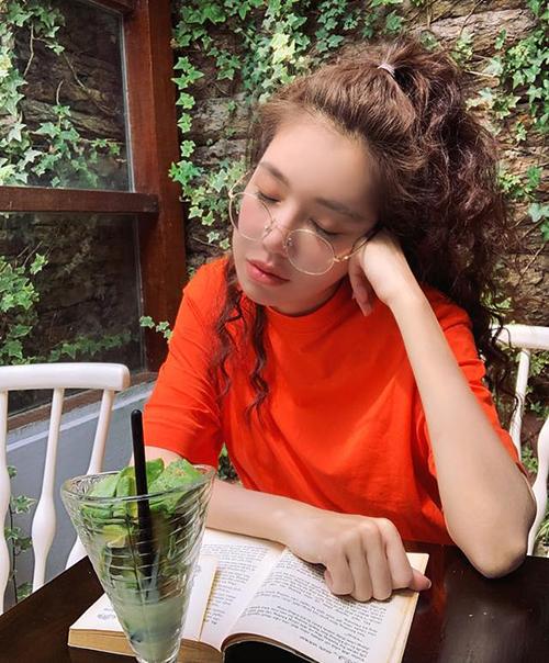 Elly Trần hóa hot girl ngủ gật trẻ măng so với tuổi thật là 33.