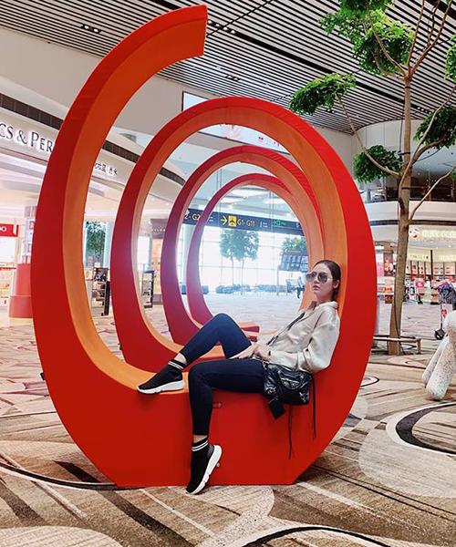 Huyền Lizzie tranh thủ mua sắm ở Singapore khi sang đây dự sự kiện.