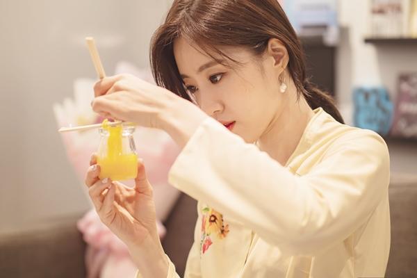 Tại đây, Eun Jung trổ tài làm nền. Cô liên tục tự nhẩm từng bước vì thấy run. Nữ ca sĩ thừa nhận mình thuộc team hậu đậu nên hết làm đổ nguyên liệu làm nến, đến việc trang trí. Tuy nhiên, sự cố gắng và đáng yêu của Eun Jung đã khiến các fan rất thích thú và không ngừng cổ vũ cô.
