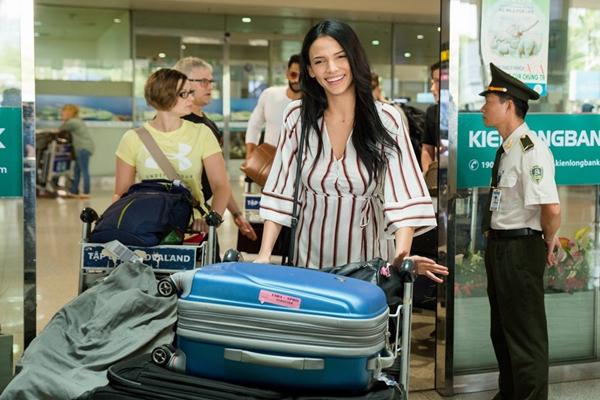 Trưa 11/3, Hoa hậu Siêu quốc gia - Miss Supranational 2018 Valeria Vazquez Latorre có mặt tại sân bay Tân Sơn Nhất. Cô xuất với vẻ ngoài đầy tự tin, gương mặt rạng rỡ dù trang điểm nhẹ.