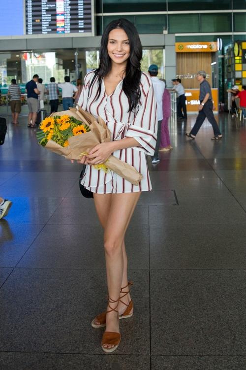 Người đẹp bày tỏ niềm vui khi được đặt chân đến mảnh đết hình chữ S và được đón chào thân thiện.