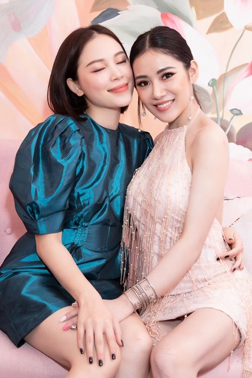 Hot girl Linh Rin thân thiết với bà chủ sự kiện.