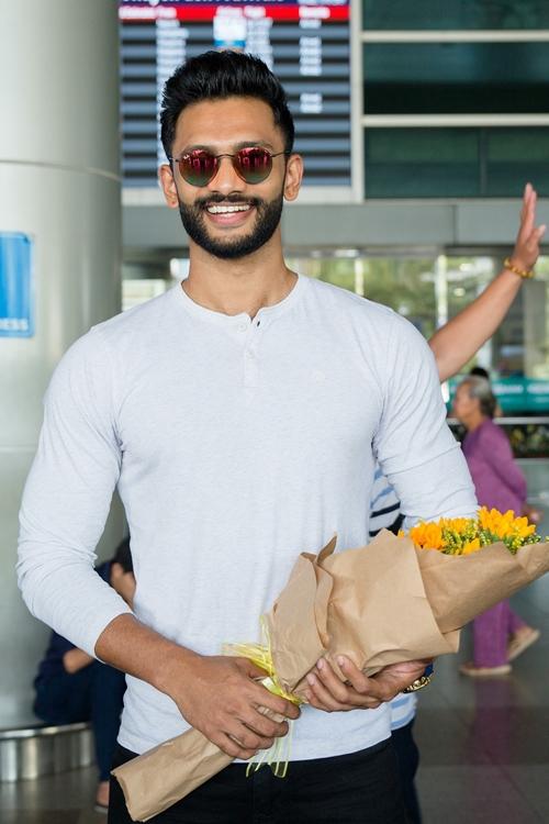 Có mặt tại sân bay theo lời mời còn có Nam vương Siêu quốc gia 2018 Prathamesh Maulingkar. Anh diện chiếc áo thun trắng đơn giản khoe vẻ nam tính. Anh từng là cầu thủ và tham gia vào đội tuyển U19, U23 Ấn Độ nhưng phải từ bỏ giấc mơ vì chấn thương. Sau đó, Maulingkar có ngã rẽ sang hướng làm người mẫu, chinh phục danh hiệu Nam vương Siêu quốc gia Ấn Độ 2017.