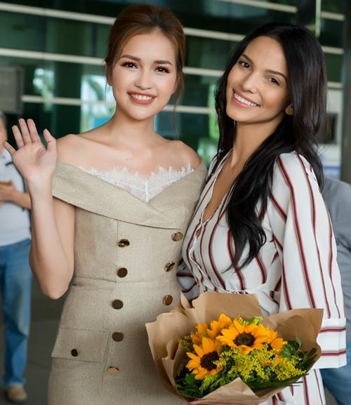 Đương kim Hoa hậu Siêu quốc gia Việt Nam Ngọc Châu tặng hoa và trò chuyện cùng người đẹp Mỹ Latinh.
