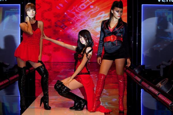 Ngay từ show diễn đầu tiên, Ngọc Trinh đã đi theo hình tượng sexy. Tuy nhiên cách trình diễn của cô bị đánh giá là ngây ngô và vẫn còn nhiều nét quê mùa.