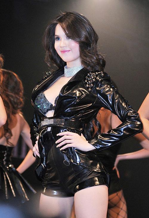 Gương mặt bầu bĩnh với vẻ đẹp kiểu búp bê dần trở thành thương hiệu của Ngọc Trinh. Đây cũng là thời điểm cô đăng quang Hoa hậu Việt Nam Quốc tế và nổi tiếng vì những phát ngôn gây sốc. Hoa hậu Ngọc Trinh trở thành tâm điểm trong đêm hội với vẻ ngoài ngày càng sexy.