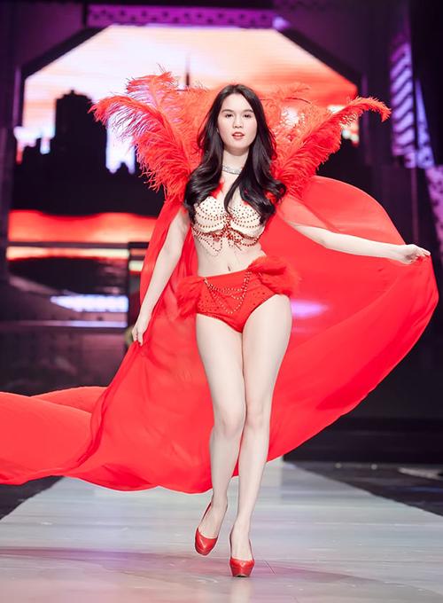 Ngọc Trinh giờ đây đã trở thành linh hồn của Đêm hội chân dài. Sự xuất hiện của cô trên sàn diễn trong những bộ nội y gợi cảm được chờ đón. Càng nổi tiếng, người đẹp càng trình diễn táo bạo.
