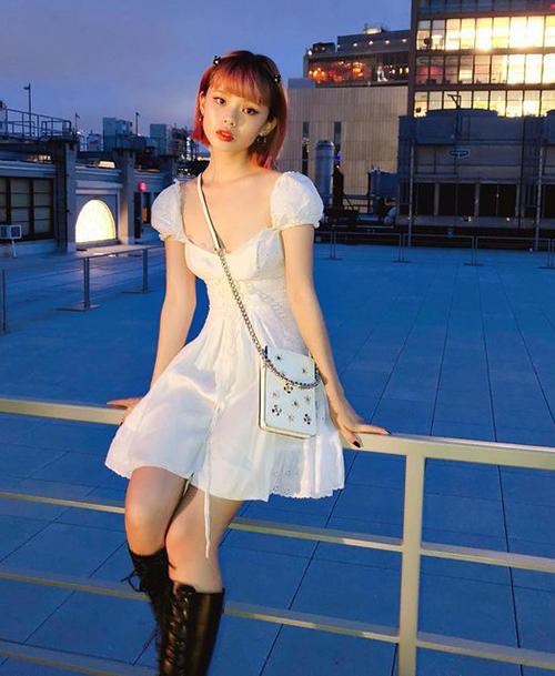 Váy cổ vuông tay bồng là xu hướng lên ngôi mạnh mẽ hè 2018. Đến mùa nóng năm nay, kiểu váy này được dự đoán vẫn sẽ là hot trend hàng đầu nhờ khả năng mang đến vẻ ngoài trẻ trung, đáng yêu cho các cô gái.