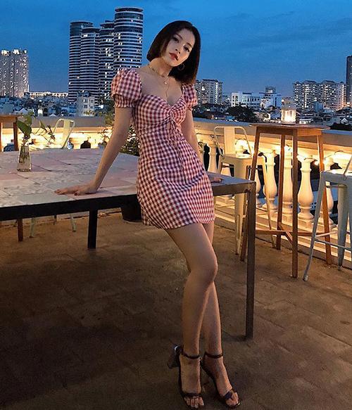 Xu hướng váy này được rất nhiều sao Việt yêu thích để tôn lên vẻ ngọt ngào. Chi Pu giúp chiếc váy kẻ caro đỏ trở thành hot item được nhiều cô gái lùng sục.