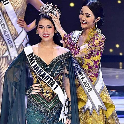 Trong đêm chung kết cuộc thi Puteri Indonesia 2019diễn ra tại Thủ đô Jakarta, thí sinhFrederika Alexis Cull đã vượt qua 38 ứng viên, xuất sắc đăng quang ngôi vị cao nhất. Người đẹp 19 tuổi, sở hữu chiều cao 1,74m sẽ đại diện Indonesia chinh chiến Miss Universe 2019.Khoảnh khắc đăng quang của ba hoa hậu đại diện Indonesia thi sắc đẹp quốc tế năm 2019.