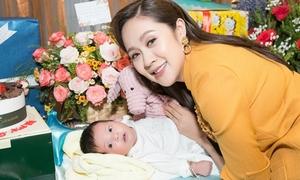 Thanh Thúy làm video clip tặng con trai dịp đầy tháng
