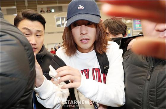 Gương mặt hoảng hốt của Jung Joon Young trước sự bao vây của báo giới và những người dân có mặt ở sân bay. Netizen cho rằng từ sự việc này có thể điều tra thêm những bí mật đen tối của làng giải trí.