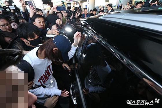 Jung Joon Young đã chính thức bị cấm xuất cảnh để phục vụ điều tra. Một người bạn trong nhóm chat của nam ca sĩ vừa nhận lời phỏng vấn. Người nói bản thân không nhớ điều gì về nội dung trong group chat.