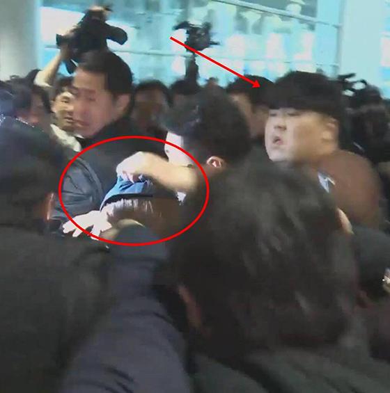 Một số người thể hiện sự bức xúc dành cho Jung Joon Young nên đã nắm tóc, đánh nam ca sĩ ngay ở sân bay.