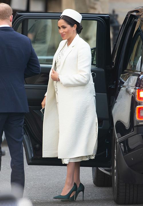 Cô kết hợp váy dài đến bắp chân cùng áo khoác trắng và một chiếc mũ nồi cùng tông. Bộ cánh giống hệt các cô y tá của Meghan lập tức thành chủ đề hot trên mạng xã hội.
