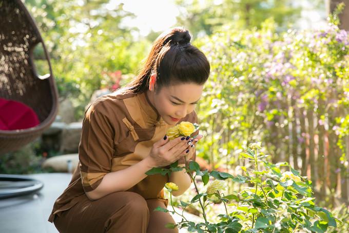 <p> Trong vườn nhà Nhật Kim Anh trồng nhiều loài hoa. Nữ diễn viên - ca sĩ cho biết lúc rảnh rỗi thường có thú vui chăm sóc cây.</p>