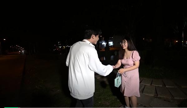 một cô gái mặc váy hồng tên Phụng, 20 tuổi, dã đi làm nhân viên bán hàng dk tham gia chương trình vì là fan của ToofP. Hẹn hò cùng sao, mời cô gái lên xe bắt đầu trò chuyện