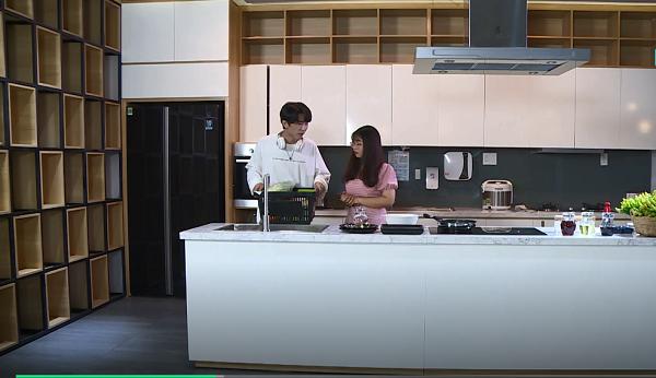 Lên tầng hai của siêu thị, cô gái đưa ToofP studio có thể nấu ăn rộng rãi. ToofP phân công Phụng sẽ rửa rau và làm salad, còn anh chàng làm món chính