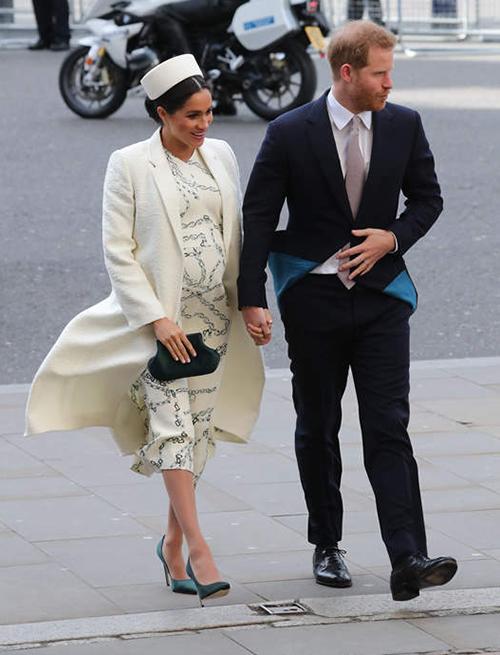 Hôm nay (12/3), các thành viên trong Hoàng gia Anh cùng tham gia Ngày Thịnh vượng chung. Đây là một sự kiện thường niên quan trọng nên trang phục của những người tham dự đều phải rất chỉn chu. Công nương Meghan gây chú ý khi bế bụng bầu, tay trong tay cùng hoàng tử Harry đến địa điểm diễn ra sự kiện với bộ đồ màu trắng.