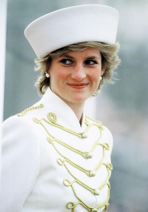 Tuy nhiên trên thực tế, Meghan không có lựa chọn sai lầm như nhiều người tưởng. Chuyên gia thời trang của tạp chí Harpers Bazzar phân tích, kiểu mũ mà vợ của hoàng tử Harry chọn có ý nghĩa đặc biệt. Hồi năm 1987, cố Công nương Diana từng mặc áo quân đội kết hợp cùng kiểu mũ phom hình thang cứng cáp tương tự Meghan trong một chuyến công tác. Trang phục của nữ diễn viên người Mỹ có thể là một cách để bày tỏ sự tưởng nhớ với mẹ chồng quá cố.