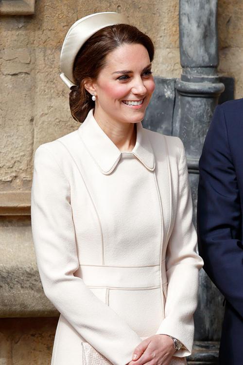 Gần đây hơn, vào tháng 4/2017, Công nương Kate cũng có lựa chọn tương tự Meghan khi tham dự một sự kiện với áo khoác trắng và mũ kiểu y tá.