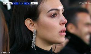 Khoảnh khắc 'bạn gái khóc khi Ronaldo lập hat-trick' gây sốt