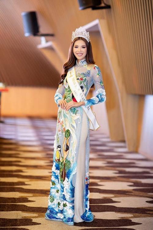 Trong khi nhiều người đẹp chọn váy áo lộng lẫy, sexy thì Minh Tú lại chọn áo dài. Dù thế, cô vẫn người nhiều người trầm trồ bởi vẻ rạng rỡ.