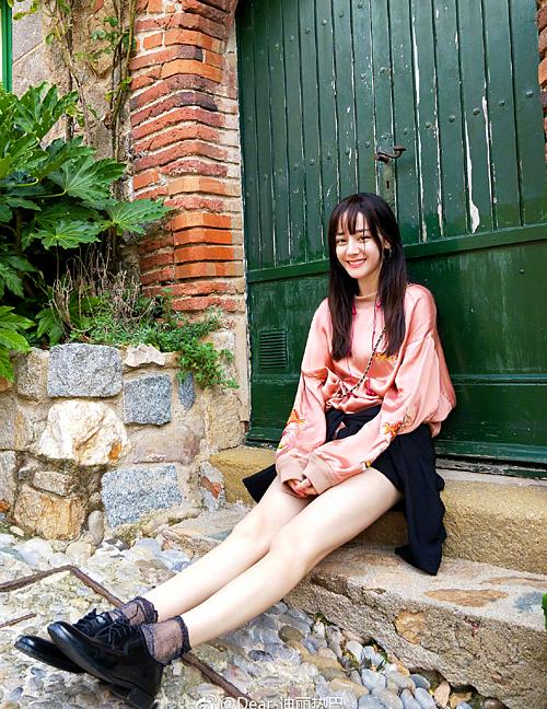 Mỹ nữ Tân Cương cao 1,69m, vốn nổi tiếng có thân hình S-line gợi cảm và đôi chân đẹp hàng top của làng giải trí Trung Quốc.