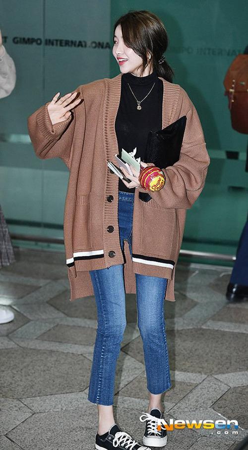 Đôi chân gầy guộc của So Won đang khiến người hâm mộ lo lắng. Nữ ca sĩ vốn có cặp chân dài, thon thả nhưng hiện ngày càng biến dạng do giảm cân. Fan đề nghị thành viên G-Friend từng giảm cân, tránh ảnh hưởng đến sức khỏe.
