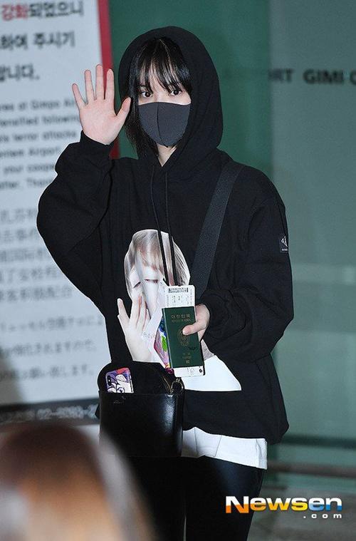 Eun Ha che chắn kín mít với áo hoodie có mũ và khẩu trang.
