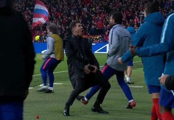 HLV Simeone cũng thực hiện động tác này ở trận lượt đi.