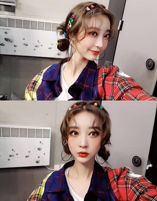 Hye Rin (EXID) khoe nhan sắc rực rỡ khi makeup đậm, mái tóc được tô điểm bằng những chiếc kẹp đủ màu.