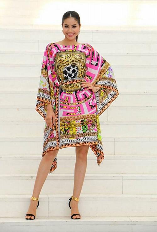 Phạm Hương từng bị chê sến sẩm khi diện bộ váy có kiểu dáng, họa tiết giống hệt khăn quàng của thương hiệu Versace.