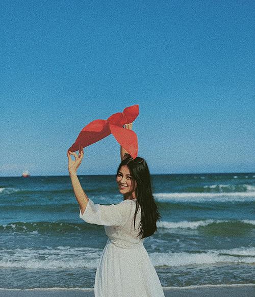 Hoa hậu Phương Khánh tung bay lá cờ Việt Nam trên biển.