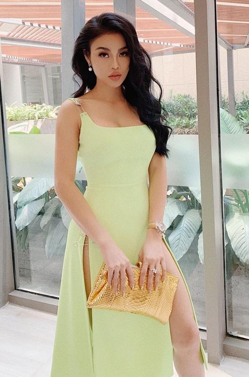 Julia Hồ vẫn theo đuổi phong cách gợi cảm.