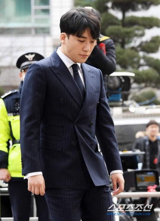 Trái với vẻ ngoài phờ phạc của Jung Joon Young, Seung Ri xuất hiện với hình ảnh chỉn chu.