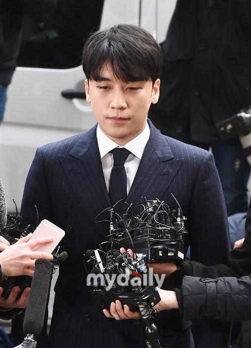 Em út của Big Bang tự mình phá hủy sự nghiệp vì liên quan đến những hành vi phạm phát ở các câu lạc bộ đêm. Trước khi bị điều tra, Seung Ri sở hữu khối tài sản đáng nể cùng hàng loạt nhà hàng, cơ sở kinh doanh.