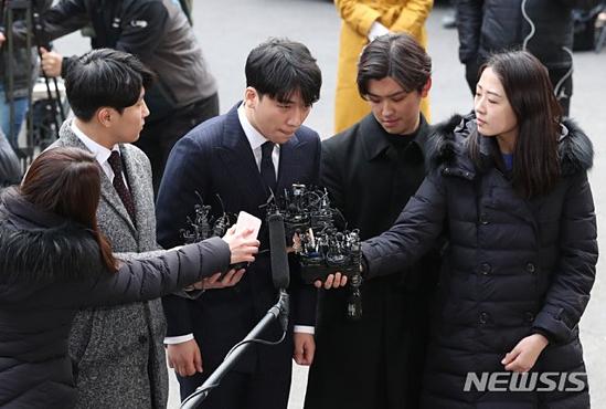 Ngoài Seung Ri, Jung Joon Young,  ông Yoo (CEO công ty Yuri Holdings, liên quan đếnvụ môi giới mại dâm) cũng bị gọi lên điều tra nhưng người này nói rằng bản thân sẽ không đến nếu phát hiện các phóng viên chụp ảnh.