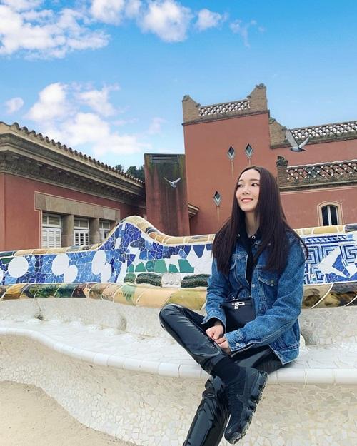 Jessica phối áo denim, quần da bó sành điệu dạo chơi Barcelona.